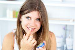 ワセリンを唇に塗ると腫れる? 副作用の実態と正しい使い方